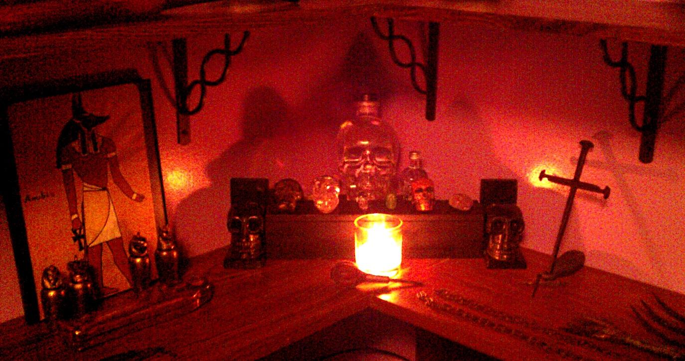Домашние алтари в картинках - Страница 3 Skull-altar-31-october-2012