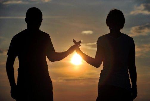 ARCHIV - ILLUSTRATION - Ein junges Paar bei Sonnenuntergang am 30.06.2010 in Markkleeberg (Sachsen). Foto: Hendrik Schmidt/dpa (zu dpa «Auch Partnerbörse OkCupid manipulierte Nutzer mit Experimenten» vom 29.07.2014) +++(c) dpa - Bildfunk+++